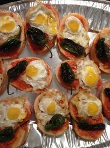canapés de sobrasada con huevos de codorniz y pimientos de padrón